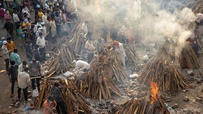 De lokale må lave massekremeringer, hvor de brænder ligene af deres kære under sammenstablede bunker af træplanker.