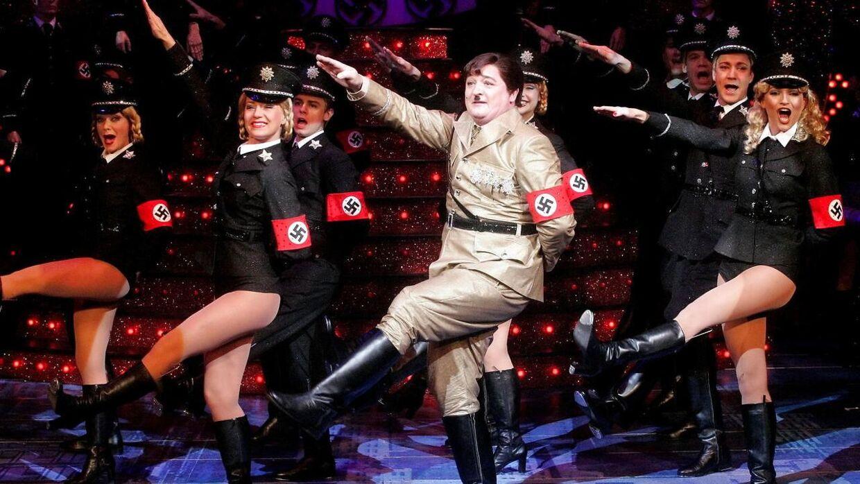 Steen Springborg leverede en ret morsom udgave af Hitler, beretter Tommy Kenter.