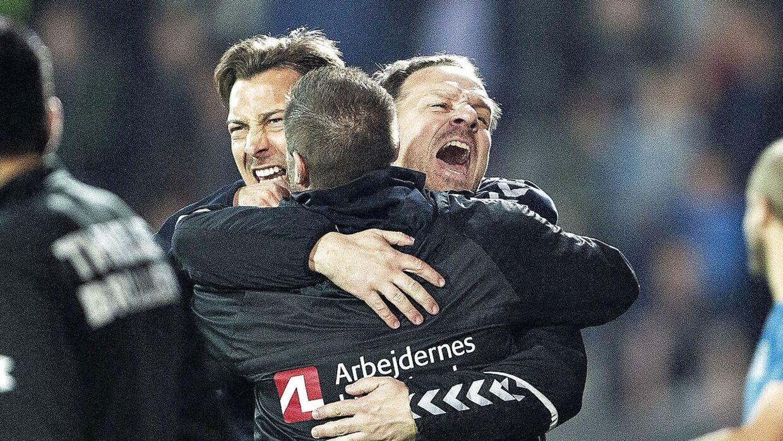 Matthias Jaissle (tv.) jubler med Brøndbys cheftræner Alexander Zorniger (th.) under en kamp mellem FC Midtjylland og Brøndby i 2018.
