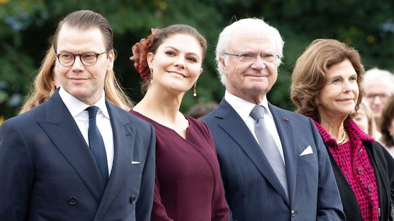 Kronprinsesse Victoria, der her ses ved siden af sin far, er mere populær end Carl Gustaf.