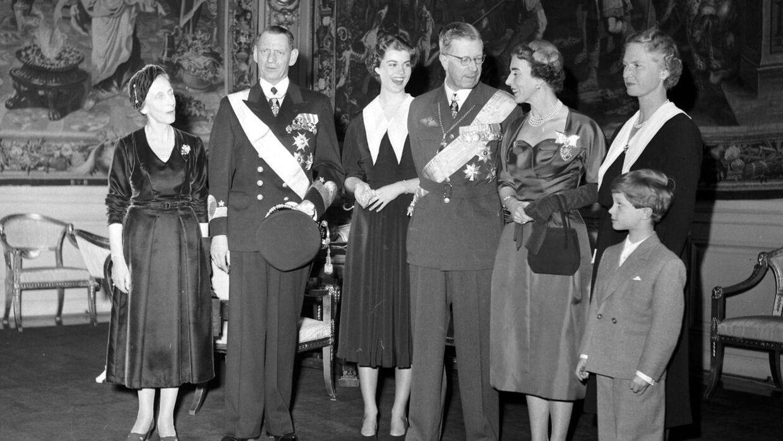 Den danske kong Frederik 9. og dronning Ingrid ved et besøg i Stockholm sammen med den svenske kong Gustaf 6. Adolf og dronning Louise samt den svenske konges børnebørn prinsesse Margaretha og den lille kronprins Carl Gustaf med sin moder, prinsesse Sibylla.