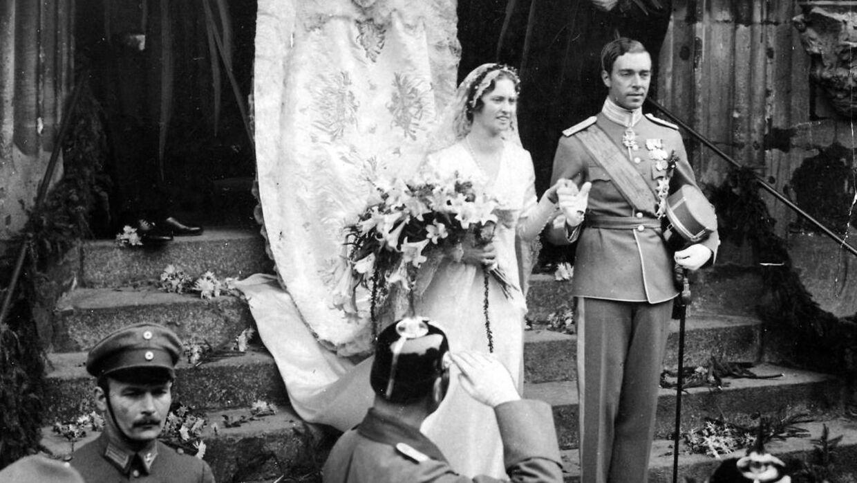 Den svenske arveprins Gustaf Adolf, der her ses ved sit bryllup med prinsesse Sibylla af Sachsen-Coburg-Gotha i 1932, døde i et flystyrt i 1947. Parret fik sammen fem børn.