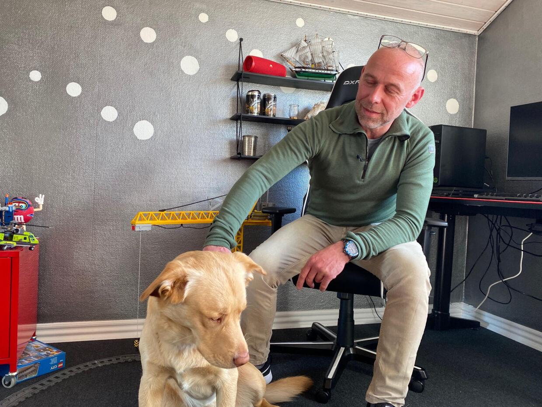 Jan Steffen med Skipper inde på sønnens børneværelse, der for nylig er blevet indrettet igen efter at have været pakket ned i kasser.