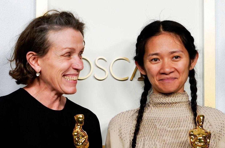 Frances McDormand og Chloé Zhao fotograferet sammen under Oscar-uddelingen.