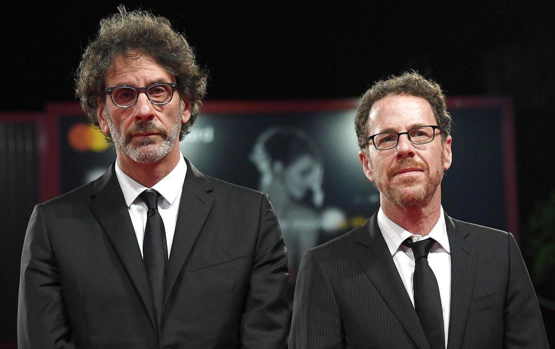 Joel Coen til højre. Bror Ethan til venstre. Frances McDormand har været med i et hav af deres film. Blandt andre 'Fargo'.