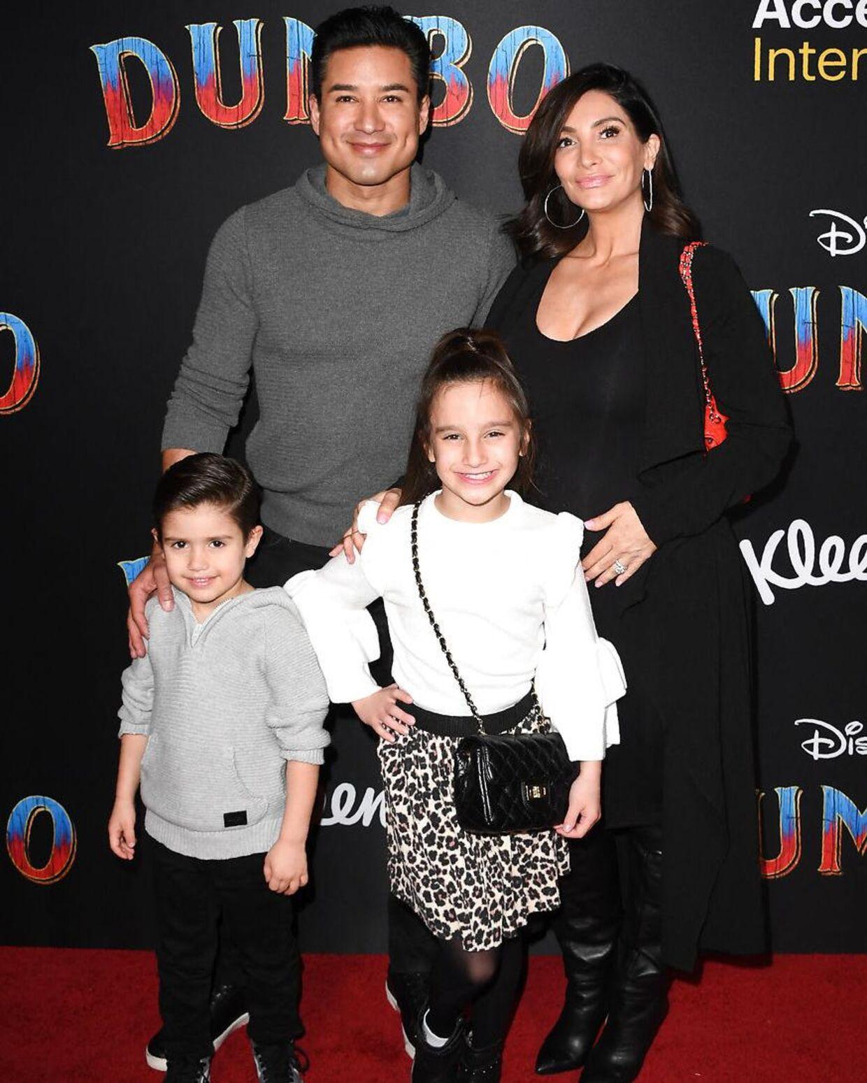 Arkivfoto af Mario Lopez og hans hustru med deres to ældste børn.