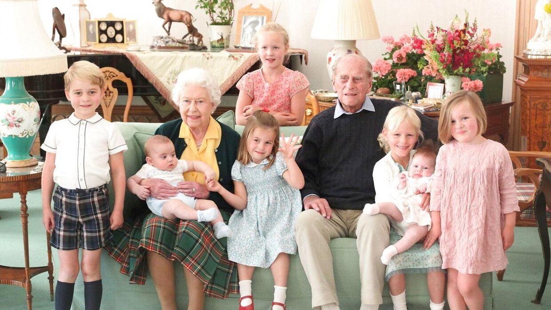 Her er dronning Elizabeth og nu afdøde prins Philip samlet med alle deres oldebørn.