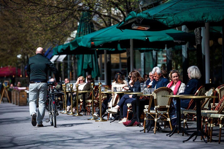 Mens det meste af Europa var lukket ned, kunne svenskerne i foråret 2020 stadig spise på restaurant og børnene gå i skole. (Photo by Jonathan NACKSTRAND / AFP)