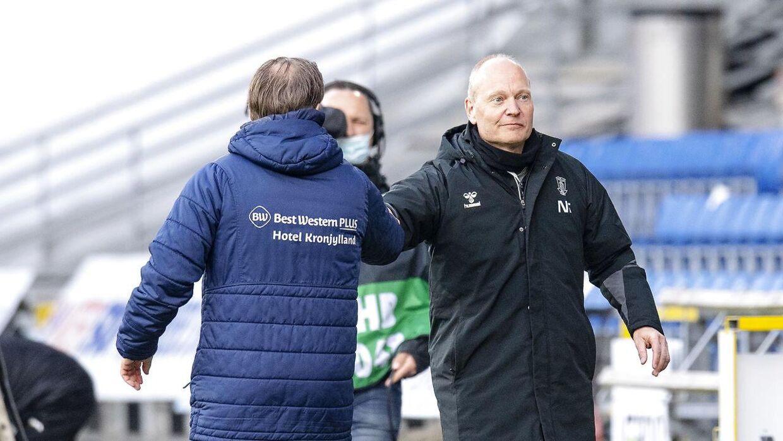 Niels Frederiksen ønsker Randers-træner Thomas Thomasberg tillykke med sejren.