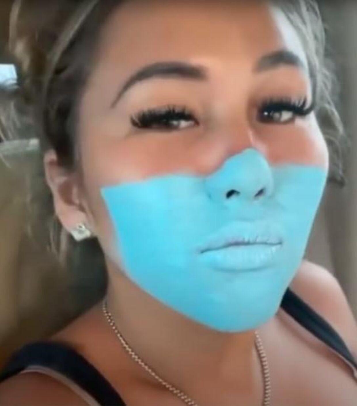 Masken er ved at blive malet på dette billede.