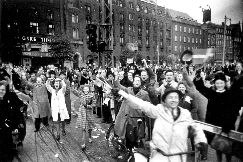 Glade danskere på Rådhuspladsen 4. maj i forbindelse med Danmarks befrielse. (Arkivfoto) Sven Gjørling/Ritzau Scanpix