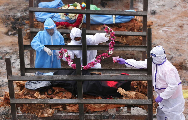 Begravelsesforberedelser i Bangalore, Indien. Indiens krematorier kan slet ikke følge med pandemien