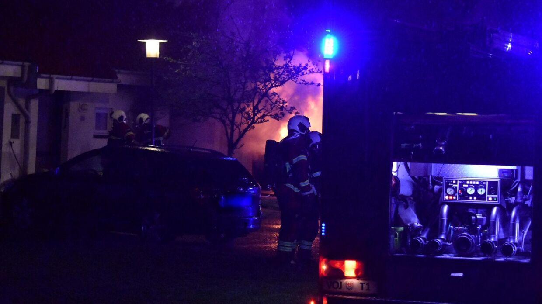 Politiet fik anmeldelse om branden klokken 04.14 og var fremme med redningsmandskab kort efter.