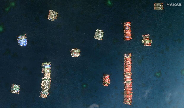 De kinesiske fartøjer set fra oven. De ligger tæt op ad hinanden på lange rækker.