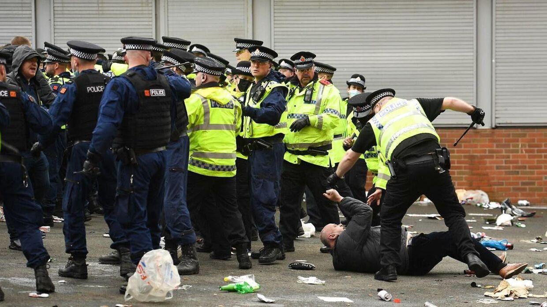 Politiet havde travlt uden for Old Trafford søndag.