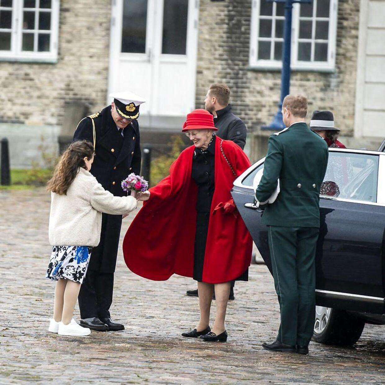 Inden hun forlod landjorden, modtog Dronning Margrethe en buket blomster fra en fremmødt pige.