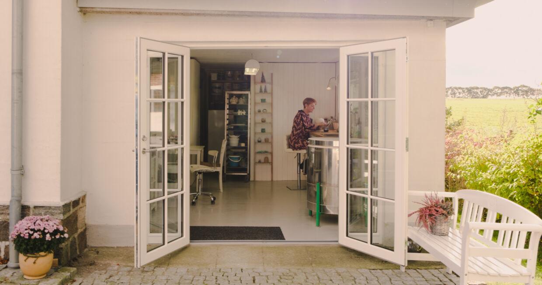 Lisbeth Sørensen har fået åbnet op i sit keramikværksted og kan nu lukke både natur og lys ind.
