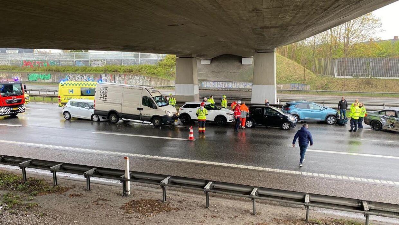 Flere biler er tirsdag eftermiddag kørt ind i hinanden på Holbækmotorvejen. Foto: Presse-fotos.dk