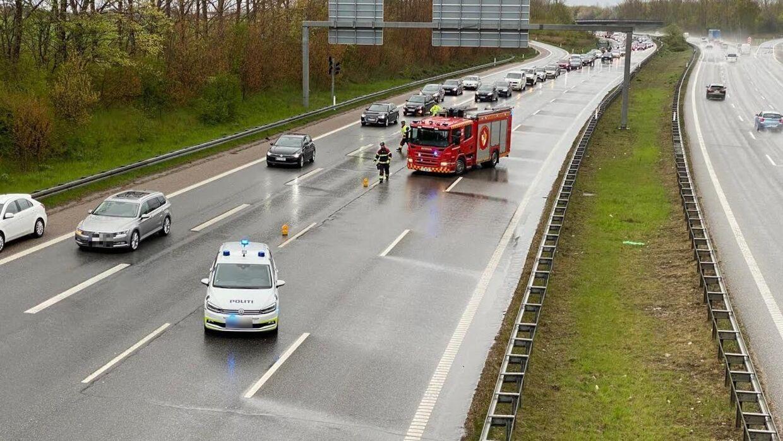 Uheldet har skabt kø på strækningen mod Holbæk. Politiet arbejder på stedet. Foto: Presse-fotos.dk