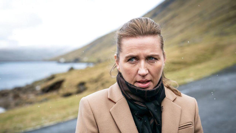 Statsminister Mette Frederiksen (S) stiller op til interview udenfor den fælleskommunale el-forsyning SEV, ved Vestmanna, under besøget på Færøerne, torsdag den 7. november 2019.