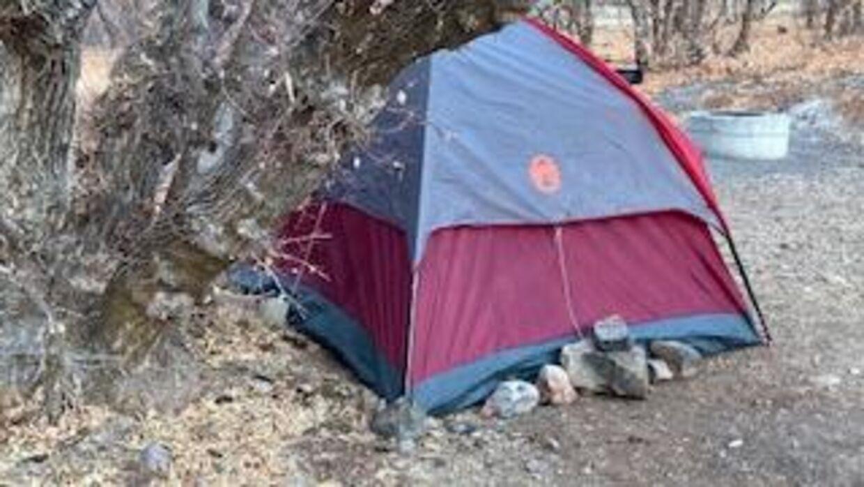 Her ses teltet.