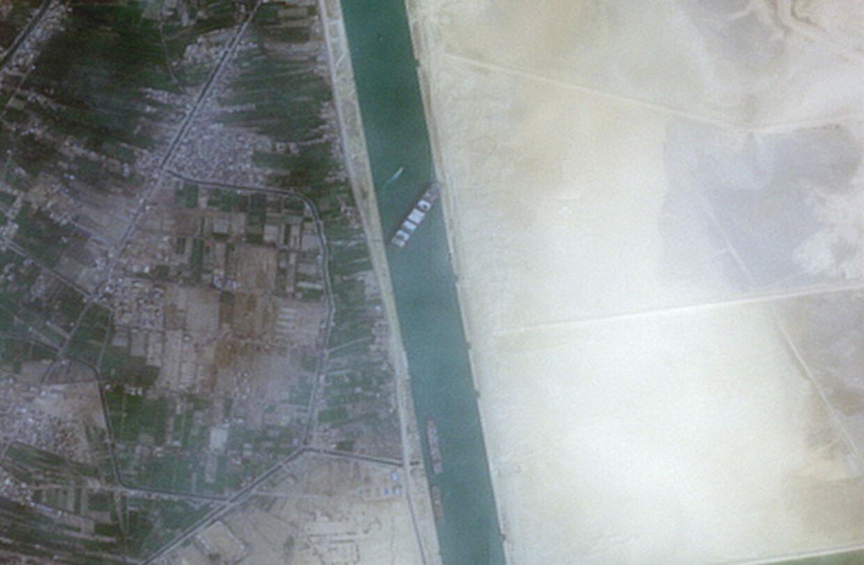 Sådan så det ud, da 'Ever Given' sidst i marts sad fast i Suez-kanalen.