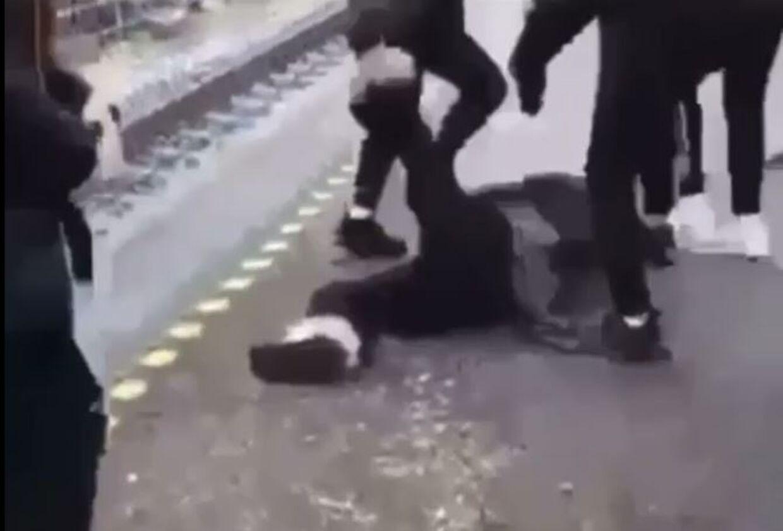 Klip fra en af videoerne. En pige bliver sparket, slået og trampet på, mens hun ligger ned.