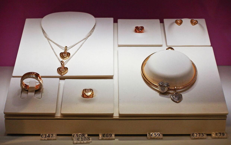 Nogle af Pandoras juveler i en forretning i Rom, Italien.