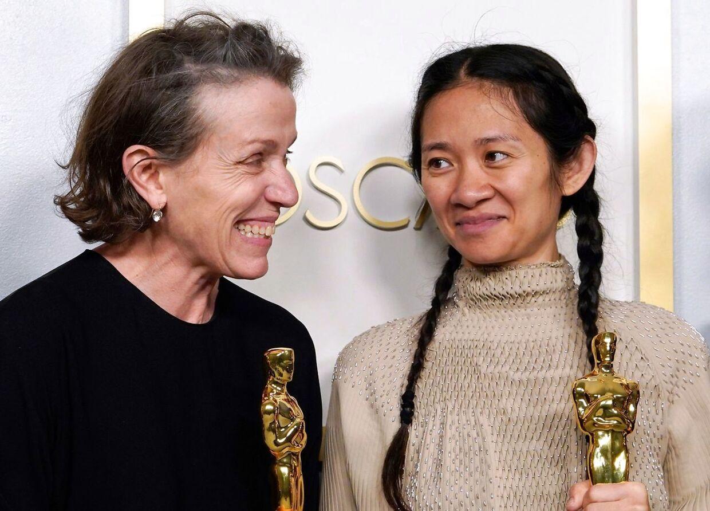 Frances McDormand and Chloe Zhao vandt oscars for bedste kvindelige hovedrolle og bedste instruktør for Nomadland. Den vandt også en oscar for bedste film.