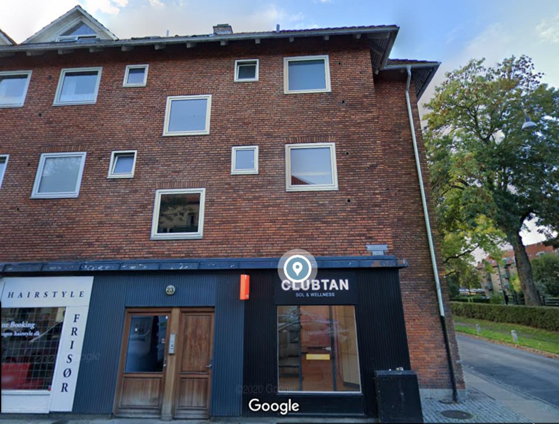 Det var i dette solcenter på Mozartsvej i Sydhavnen i København, at den 48-årig serieblotter udsatte to unge piger for blufærdighedskrænkelse.