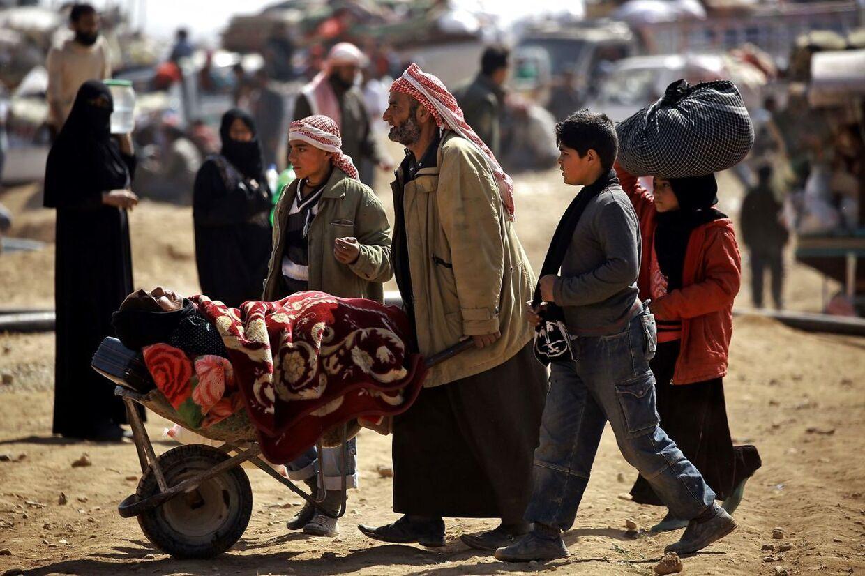 ARKIVFOTO 2017 syriske flygtninge i en lejr i Manbji, Syrien- - Se RB 2/4 2017 06.00. Udviklingsministeren håber, at det danske bidrag kan få andre lande til at følge efter. Situationen for de civile ofre for krigen i Syrien bliver mere og mere desperat.Sådan lyder det fra den danske udviklingsminister, Ulla Tørnæs (V), forud for en international konference om Syrien i den kommende uge. Her vil den danske regering donere 250 millioner kroner til den humanitære indsats i Syrien og landets nærområder. . (Foto: DELIL SOULEIMAN/Scanpix 2017)