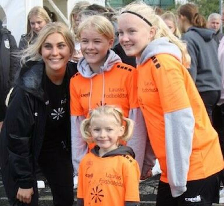 Laura Juul Hansen sammen med nogle af dem, som har deltaget i fodbolddagen.