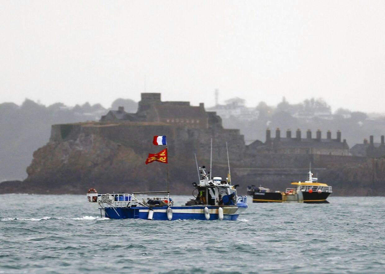 Franske flag på fiskekutterne foran Jersey. Kutterne har blokeret den britiske havn
