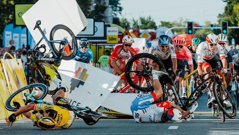 Fabio Jakobsens cykel kan ses øverst til venstre efter kollisionen med Groenewegen (der ligger nederst tv.).