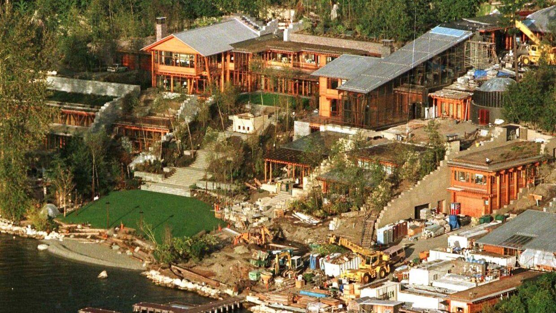 Syv år tog det at bygge dette pragtpalæ til Bill Gates og Melinda. Det ligger ved siden af Lake Washington i byen Medina i staten Washington. Huset er ifølge The New York Times vurderet til lige over 800 millioner kroner.