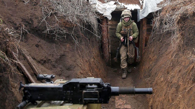 En ukrainsk soldat i en skyttegrav udenfor Luhansk i Donbas-provinsen i det østlige Ukraine. Siden 2014 har separatister siddet på store del af området.