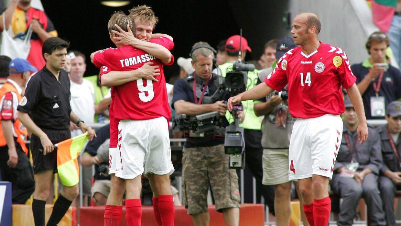Jesper Grønkjær lykønskes af Jon Dahl Tomasson efter scoringen til 2-0 mod Bulgarien.