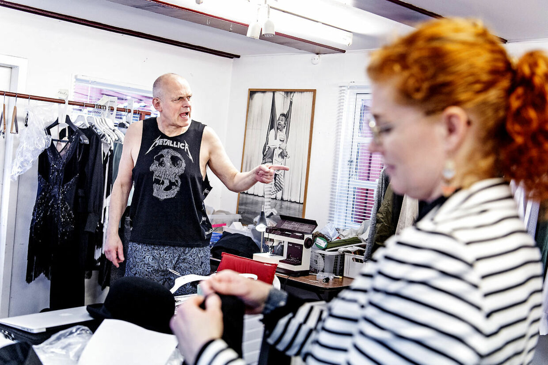 Niels Olsen, der i år er med i Cirkusrevyen for ottende gang, er til kostumeprøve.
