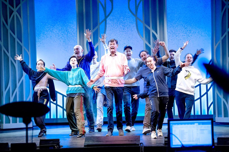 Skuespillere og dansere øver åbningsnummeret.