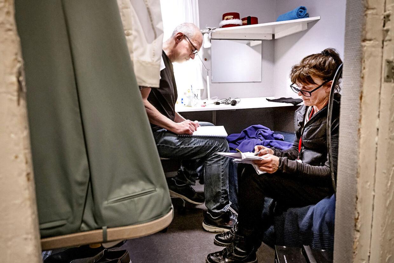 Niels Olsen gennemgår de forskellige kostumeskift i sin garderobe.