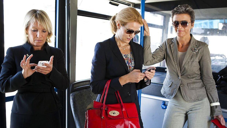 Det efterhånden ikoniske billede af moderne kvinder i politik. Daværende udenrigsminister Lene Espersen, Helle Thorning-Schmidt (S) og Margrethe Vestager (RV) på vej ud til Hercules under et besøg i Libyen.