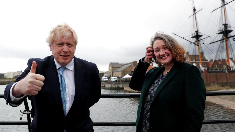 Boris Johnson var selv på et charmeoffensiv i byen Hartlepool forud for valget. Her ses han sammen med Jill Mortimer, som vandt det ledige sæde i parlamentet for Det Konservative Parti.