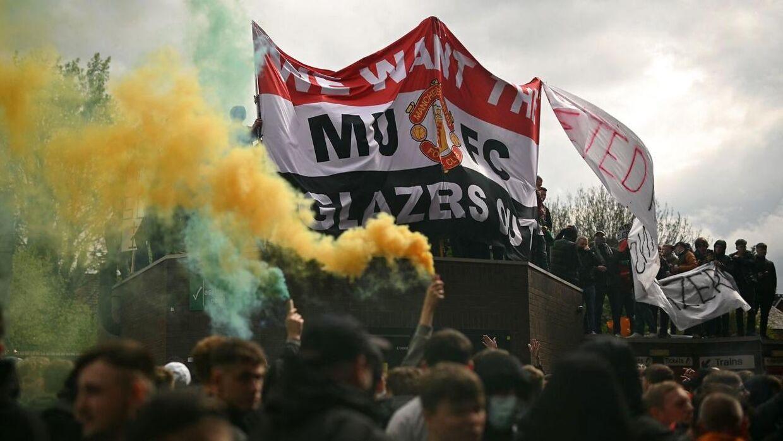 United-fans protesterer over ejernes beslutning om Super League i første omgang.