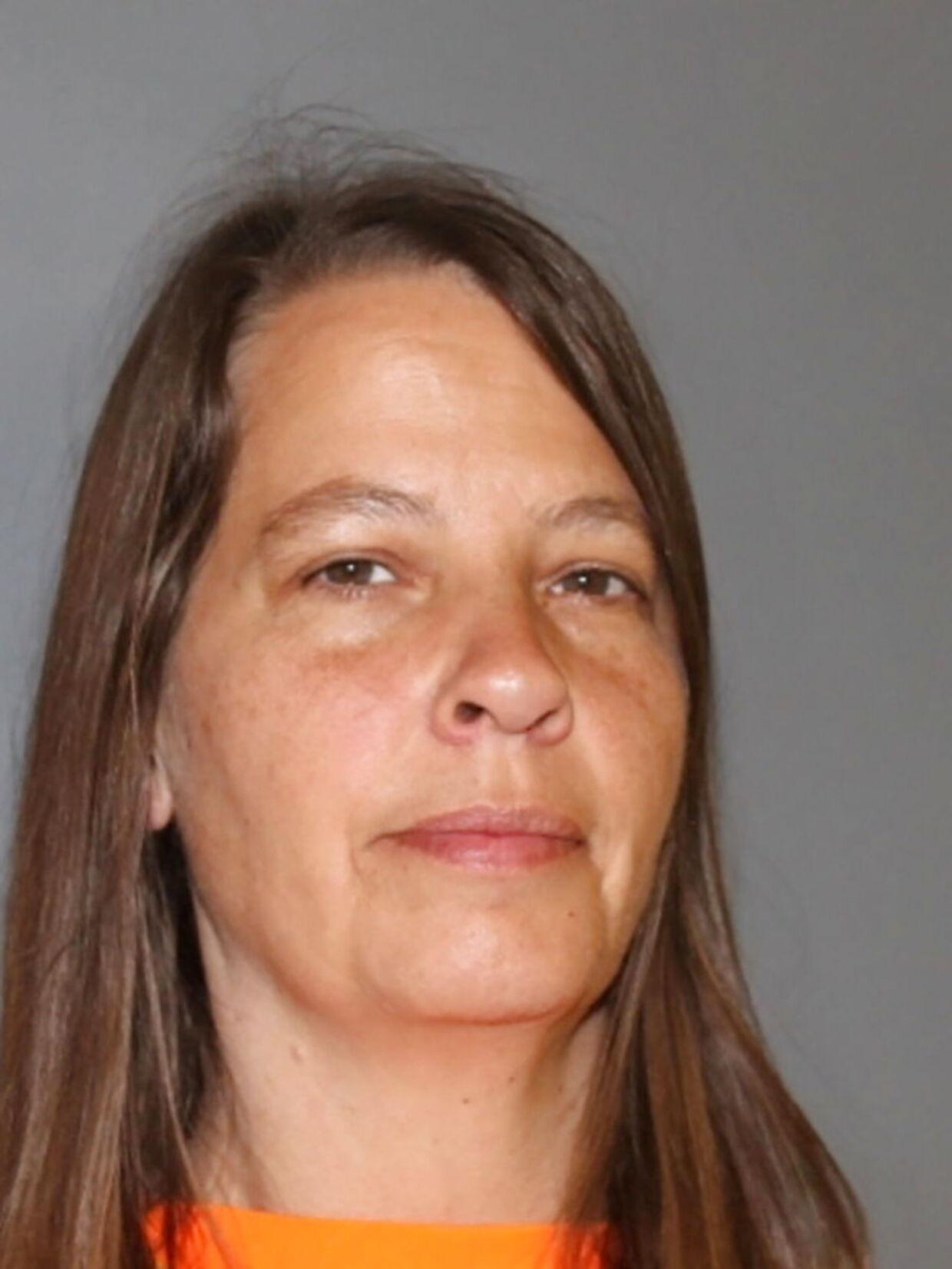 Her ses en af de anholdt i sagen, 47-årige Karin Raymond.