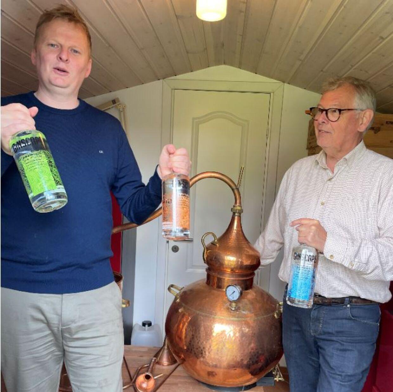 Ole Schröter og hans far, H.C. Kjærgaard, i det skur, hvor de først begyndte at producere gin.