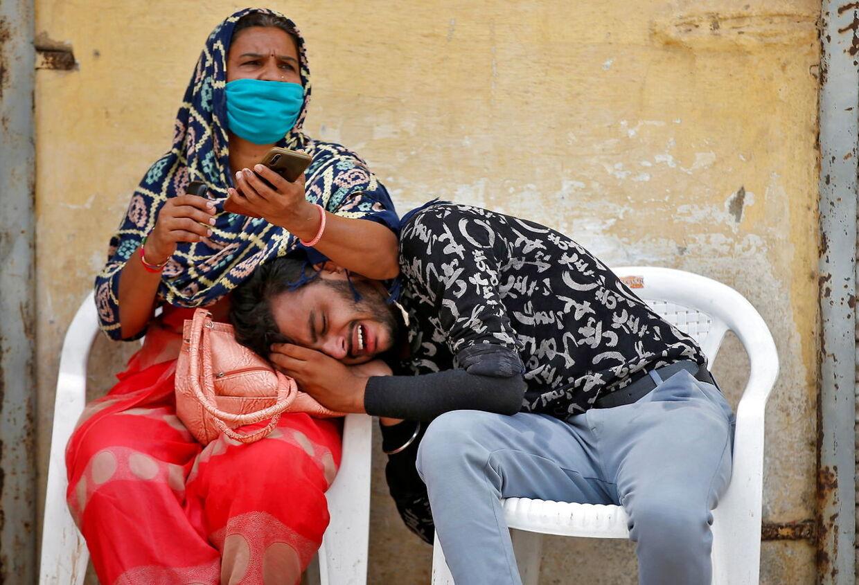 En mand sørger, efter hans far er død med coronavirus i Indien