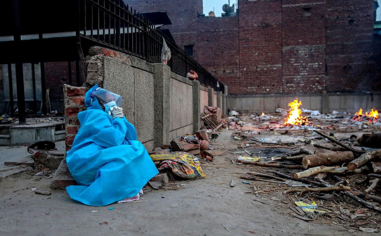 En pårørende sørger ved et krematorium i New Delhi.