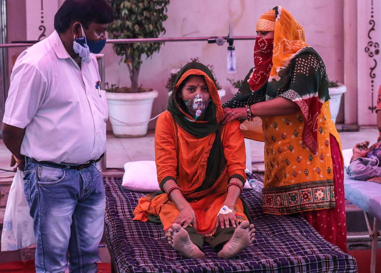 En pige, der formodes at være smittet med covid-19, modtager ilt i Delhi.