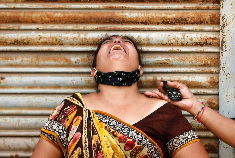 En kvinde fra Ahmedabad sørger, efter hun har mistet sin mand, der var smittet med covid-19.