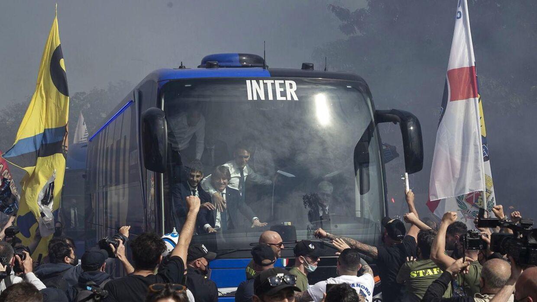 Interbussen bliver modtaget af glade Inter-fans, som fejrer det seneste mesterskab.